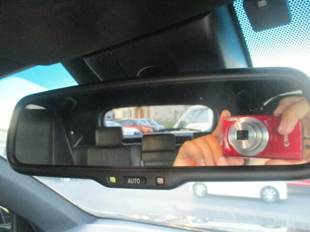 後続車のライトの眩しさを減らす自動防眩ミラー採用しています。