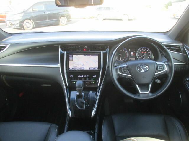 ブラックを基調にしたシックかつスポーティな雰囲気を醸し出すインテリアです。実用性も優れており使い勝手も良く、前席からの視界も良く運転し易いお車です。