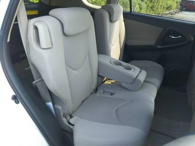 リクライニングが装備された後席シートは、ゆったりくつろぎのある空間で、ロングドライブも街乗りも、リラックスしてご乗車いただけます。
