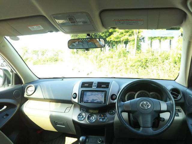 上質なドライバーズ空間は、ドライバーの視認性と操作性にも配慮されています。インパネの細部にいたるまで綺麗にクリーニング済みです。