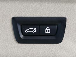 ●電動リアゲート:ワンタッチでリアゲートの開閉ができ、両手が塞がっている状態でも簡単に開閉ができる便利機能です。