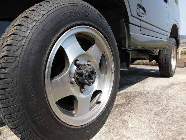 エンジンO/H済み、防錆塗装、シリコンホース交換、グリルガード、リフトアップ、オーバーフェンダー、社外AW、社外ハンドル、社外マフラー、背面タイヤ、軽装甲機動車風カラーリングのカッコイイジムニー♪