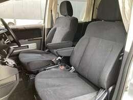 キレイな1列目。運転席・助手席ともにひじ掛け付き。