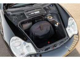 リアにエンジンを配置するポルシェならではの荷室スペース!!深さもありますので、大きな荷物も楽々収納可能です!!Rエンジンレイアウトの高いトラクション性能と独特な走りは忘れる事ができません。