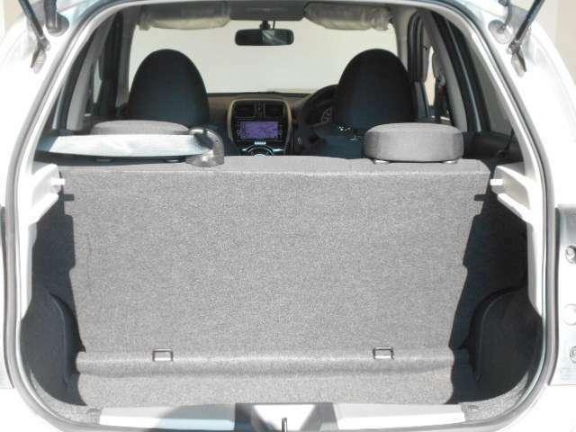 バックドアは大きく開きます。定員乗車時でも十分広いラゲッジスペースを確保しています。ラゲージスペースは後席を倒すとより広く使えます。長い物や荷物をたくさん載せる時に役立ちます。
