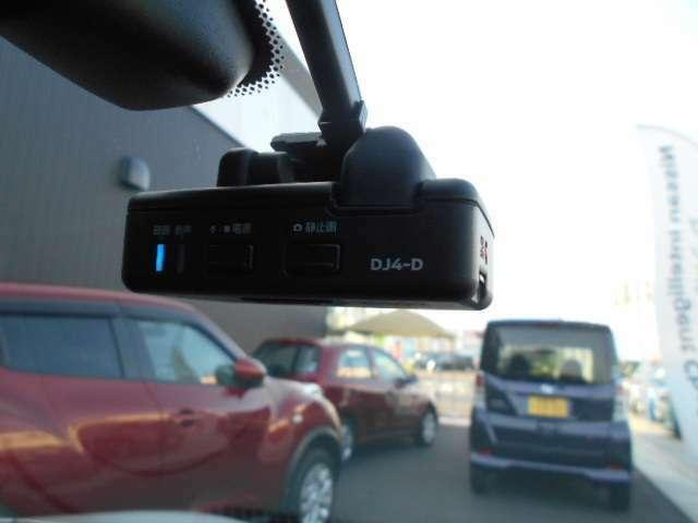 日産純正ドライブレコーダはオールインワンタイプ、フルハイビジョン録画対応で高精細な映像を記録できます。記録した映像は、ナビゲーションでその場で確認できます。