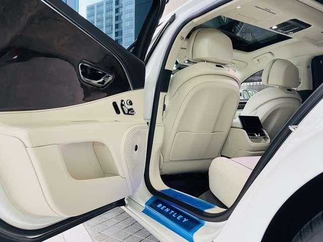 後部座席には大きなウッドパネルがオプション装備されており、非常に目を引くデザインとなっております。