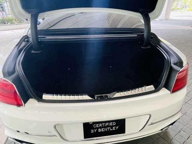トランクも広々としておりますので、ゴルフバッグも積載可能です。