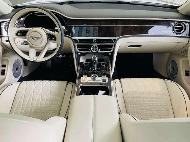内装レザーパターンも上品で落ち着きがあり、優雅にドライブを楽しめます。