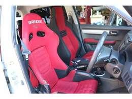 車内色に合わせて赤のブリッドフルバケ付き