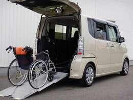 【アルミスロープ】荷室がゆるやかに地続きになって、転がるものなら持ち上げることなくラクラク積載。車椅子をらくらく積載できる電動ウィンチも装備されています