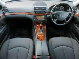 標準でウッドパネルが装着されています♪内装はグレーを基調としたシックで落ち着いた雰囲気の車内になっております♪パネル類にも目立つキズや汚れ等も無くとてもキレイな状態です♪