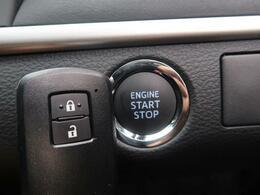 インテリキー&プッシュスタート機能がございますので、ドアの開閉からエンジンをかけるところまでかぎを触らずに操作可能です。毎日お車を使用するお客様ですとあると便利ですよね☆