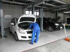 民間車検場も完備しております!土・日・祭日営業・1日車検も承っております!一般整備もお任せ下さい。