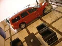 納車はこちらのプレゼンテーションルームで、良い思い出作りを演出致します。