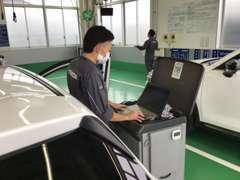 マツダ製のシステムを、車両へ接続して、車両データーや、オイル交換時のセッティングなども実施する車両が増えてきています。