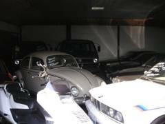 屋内展示場です。稀少車が多数保管してあります。雨や暗くなっても、じっくりご覧人れますので、是非ご来店ください!