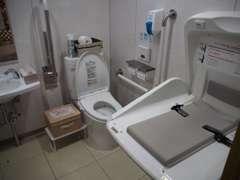 広々とした女性用トイレには、ベビーシートも完備しています。小さなお子様連れでも安心してお使いいただけます。