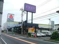 「ENZO」の看板が目印になります。