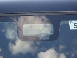"""フロントガラスには単眼カメラとレーザーレーダーを設置し""""人と車""""を検知し衝突回避をサポートするデュアルセンサーブレーキサポートを採用!また、車線逸脱警報機能等のサポート機能も備えております!"""