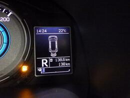 後方の障害物との距離は、ブザー音とディスプレイ内表示で確認できます。