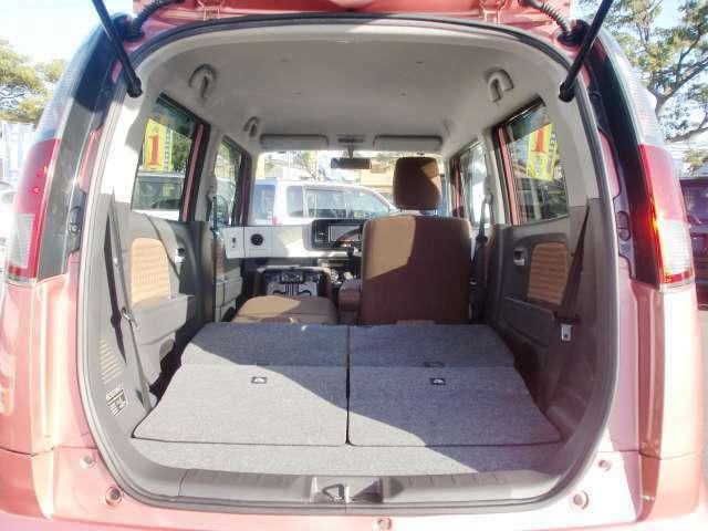 後部座席や助手席を倒せば、ここまで広々としたスペースになります
