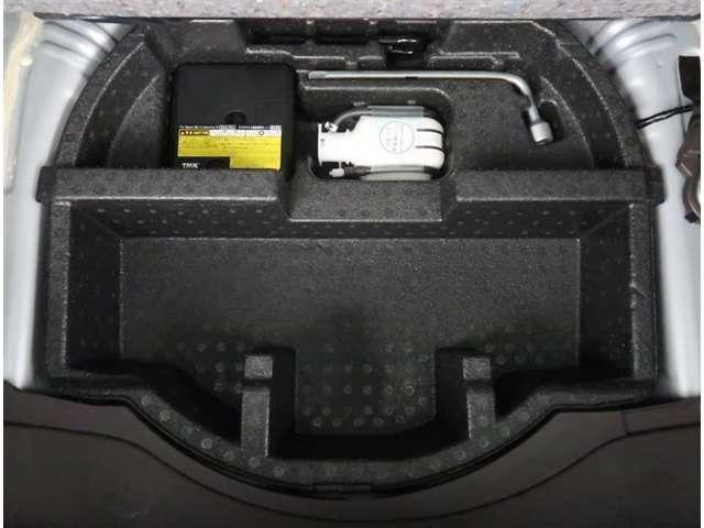【トランク】トランク下には収納スペースとパンク修理キットがあります。