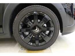 タイヤサイズは、フロント・リア共に205/50R17  オリジンズ仕様のブラックアロイホイールを装着。目立つ傷や汚れは無く、きれいな状態です。高いデザイン性と品質で、足元からおしゃれに彩ります。
