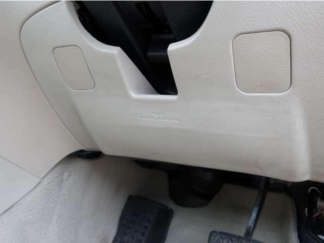 運転席足元のSRSエアバックです。