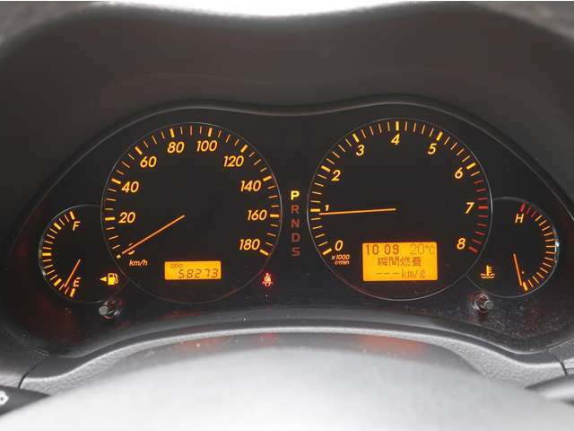 走行距離はまだまだこれからの5.9万kmです。燃費計測機能付き。高級感のあるオレンジライトが渋いですね。