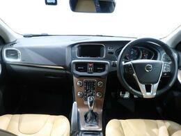 V40 CCのディーゼル車が入庫いたしました!!外装カラーのルミナスサンドメタリックは、非常に高級感がありどこか気品に満ち溢れており好印象を与えます!!