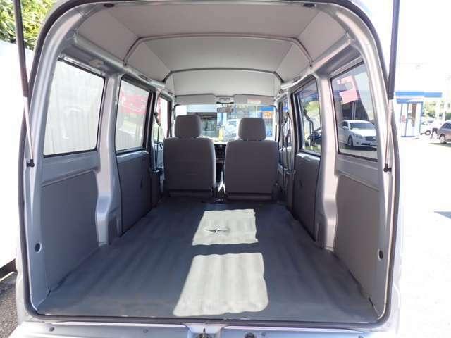 後席シートを倒せば長い荷物も楽々積めます。