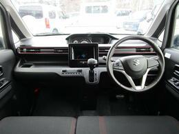 内装はブラック系でポイントに赤色が入っているのでとてもカッコいいです!男性でも女性でも満足していただけるお車だと思います