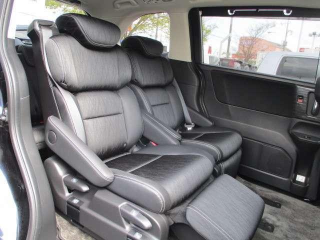 2列目シートはオットマン付き!上質な座り心地でゆったり快適にお過ごしいただけますね♪