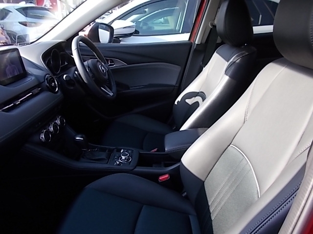 ドライバー中心に設計された運転席は運転に集中できるこだわりがいっぱい!ペダルレイアウトから手の動作まで計算された造り込み!