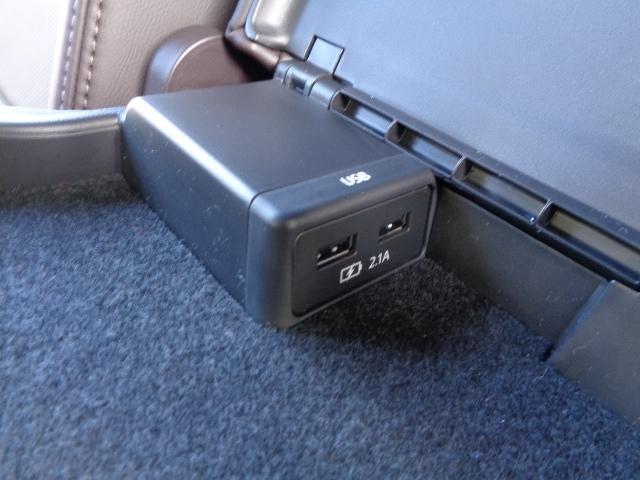 後席に座る方の為の専用USB端子をセンターアームレスト内に装備しています!コレで快適性もアップ♪