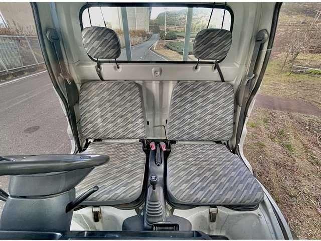 運転席、助手席の角が破ける事が多い車輌ですが、破損等もなく、綺麗なシートです。