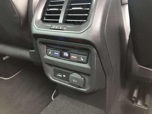 リヤシート側よりエアコン設定、シートヒーター設定が可能