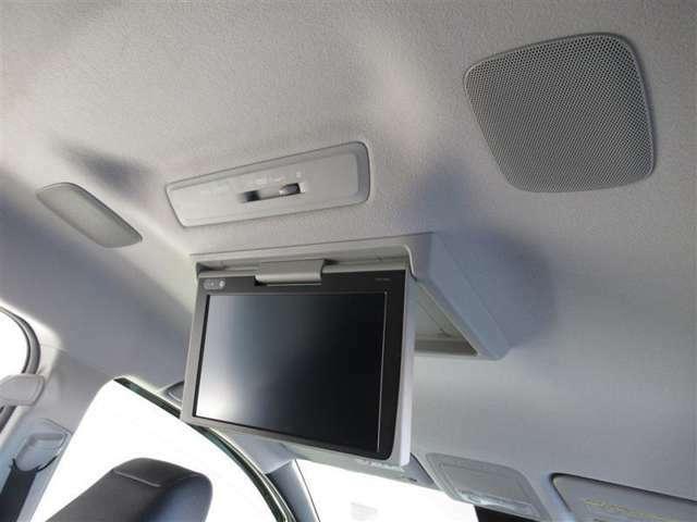 フリップダウン式後席モニターが装備されています。ミニバンにはうれしい装備ですね
