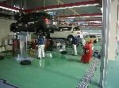 サービス工場も広く開放的!!最新鋭の設備で大切なお客様のお車をメンテナンスいたします。