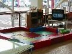 キッズコーナーお客様の目の届く場所で、お子様も楽しく遊べます。『Wii』もありますよ。