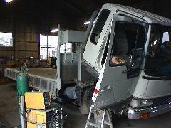 自社工場併設しておりますので、トラックの修理や架装、板金から塗装までお任せ下さい!もちろん乗用車も承ります!