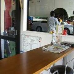 休憩スペースからは工場内が見渡せます。愛車の整備状況をご覧下さい。