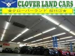 当店は雨の日や夜間でもお車の確認が出来る全天候型屋内展示場を完備!お気軽にお立ち寄りください。