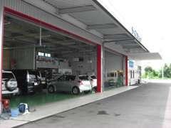 整備工場にてお預かりしたお車を整備致します。当店は国の認証工場ですので、ご安心してお任せください。
