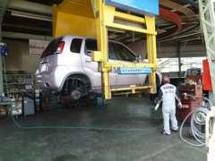 当店の指定整備工場で「確かな技術」を持った自慢の整備スタッフが「最新の設備」でお客様の大切なお車をしっかりメンテナンス!