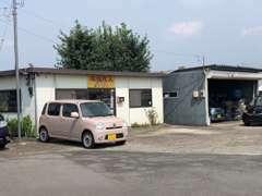 店舗と自社工場です。また、弊社提携工場もあります。アフター整備、修理、板金など入庫できます。