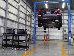 安心保証の認証工場で車両リフトも5基設置しております。