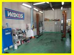 こちらの整備工場で、しっかり点検・整備いたします。お車の事なら何でもお問い合わせください。
