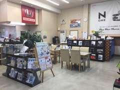 賑やかで明るい雰囲気な店内♪キッズスペースもあり、お子様も飽きない店内となっております。